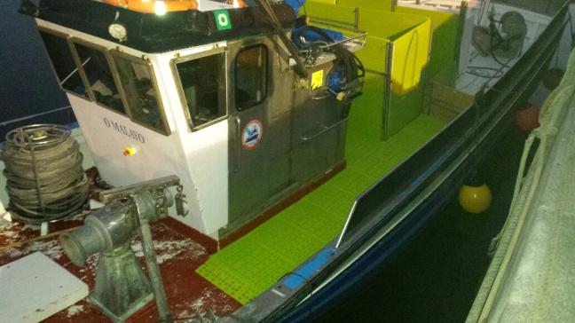 Losetas de plástico en cubierta de barco de pesca de bajura
