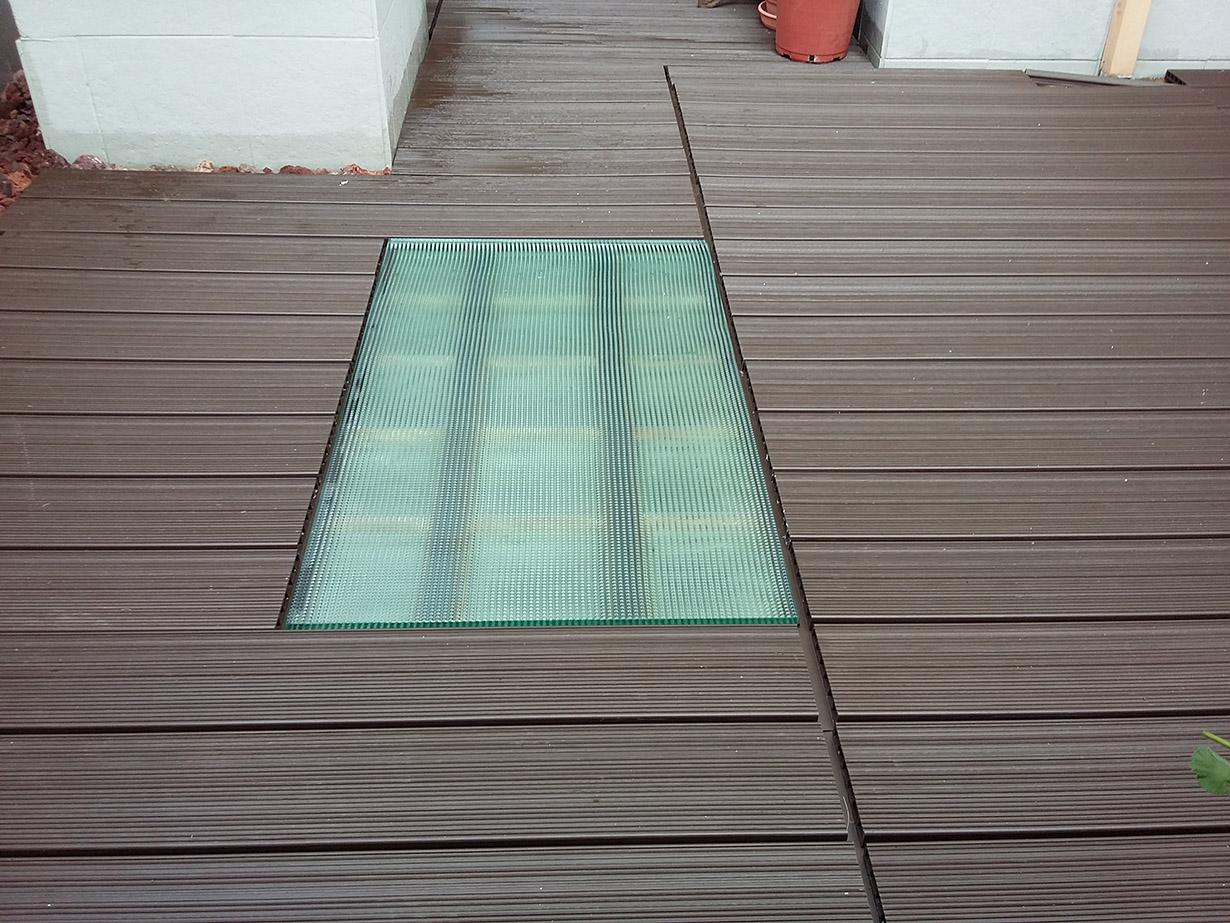 suelos de composite respetando tragaluz en terraza - Suelos De Terraza