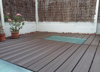 Suelo con losetas de composite en terraza exterior