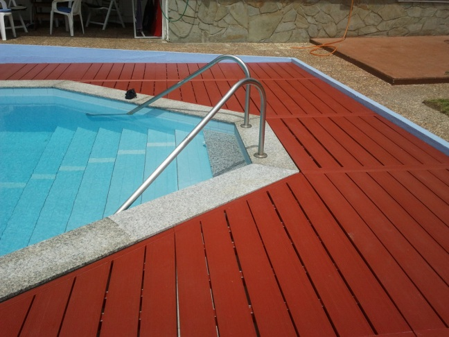 Losetas de composite en coronación de piscina exterior