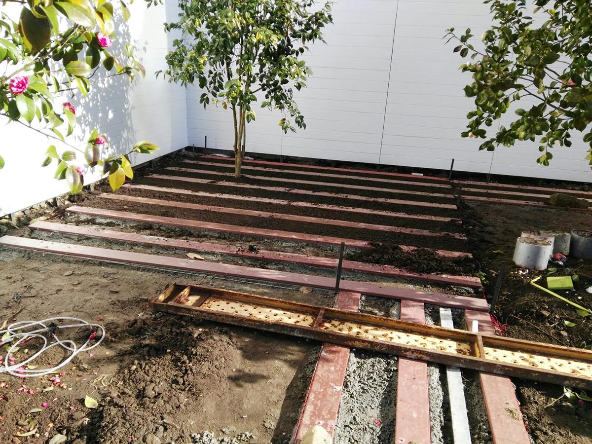 perfect pavimentos exteriores jardin suelo madera ideas nivelacin de suelo con listones para instalacin de tarima sintetica with suelo de madera para jardin
