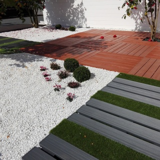 Tarimas de composite con cesped artificial en jardin exterior