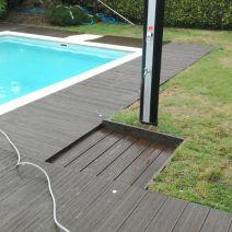 Ducha de piscina con suelo plastico de TEPSA