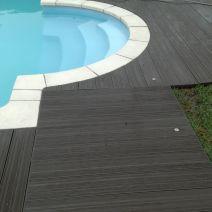 Entarimado en acceso y rodeando piscina