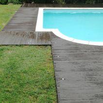 Luces incorporadas en suelo rodeando piscina