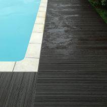 Pasillo lateral en piscina con suelo composite