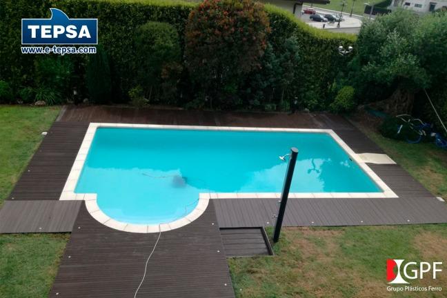 Suelo sintético marron bordeando piscina