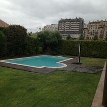 Vista lateral de piscina con suelo composite